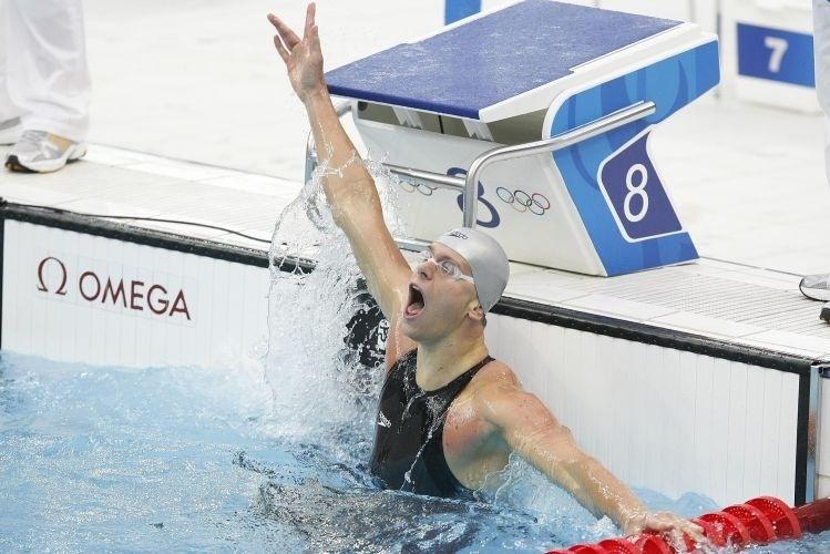 O nadador Cesar Cielo celebra a quarta medalha de bronze do Brasil em Pequim, nos 100 m livre; na mesma Olimpíada, ele foi ouro nos 50 m livre