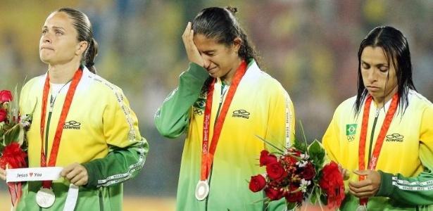 Visivelmente desoladas, jogadoras da seleção brasileira de futebol recebe a medalha de prata nos Jogos de Pequim