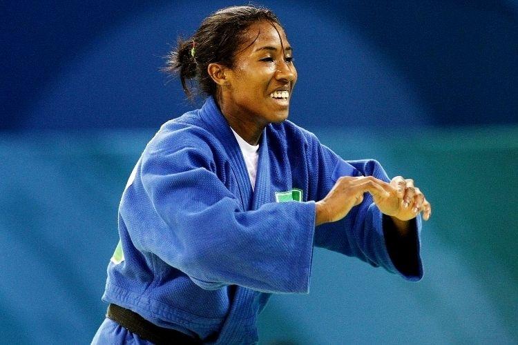 Ketleyn Quadros sorri ao dar o golpe e conquistar o bronze, uma medalha inédita para o judô feminino do Brasil