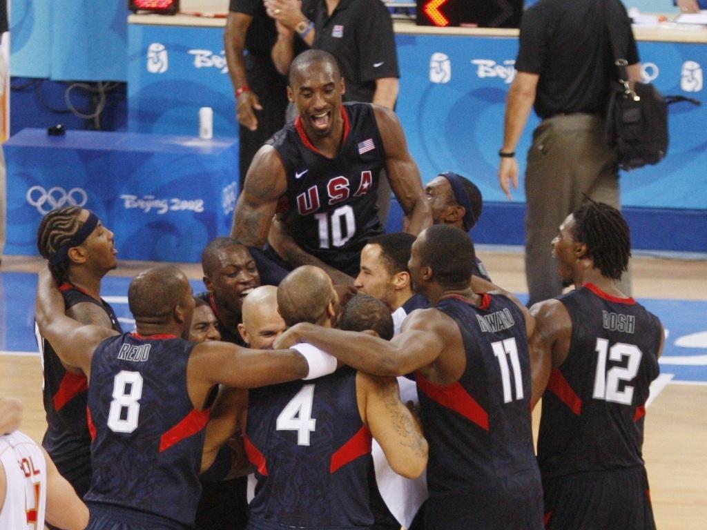 Kobe Bryant (centro) comemora o ouro após a equipe norte-americana de basquete derrotar a Espanha