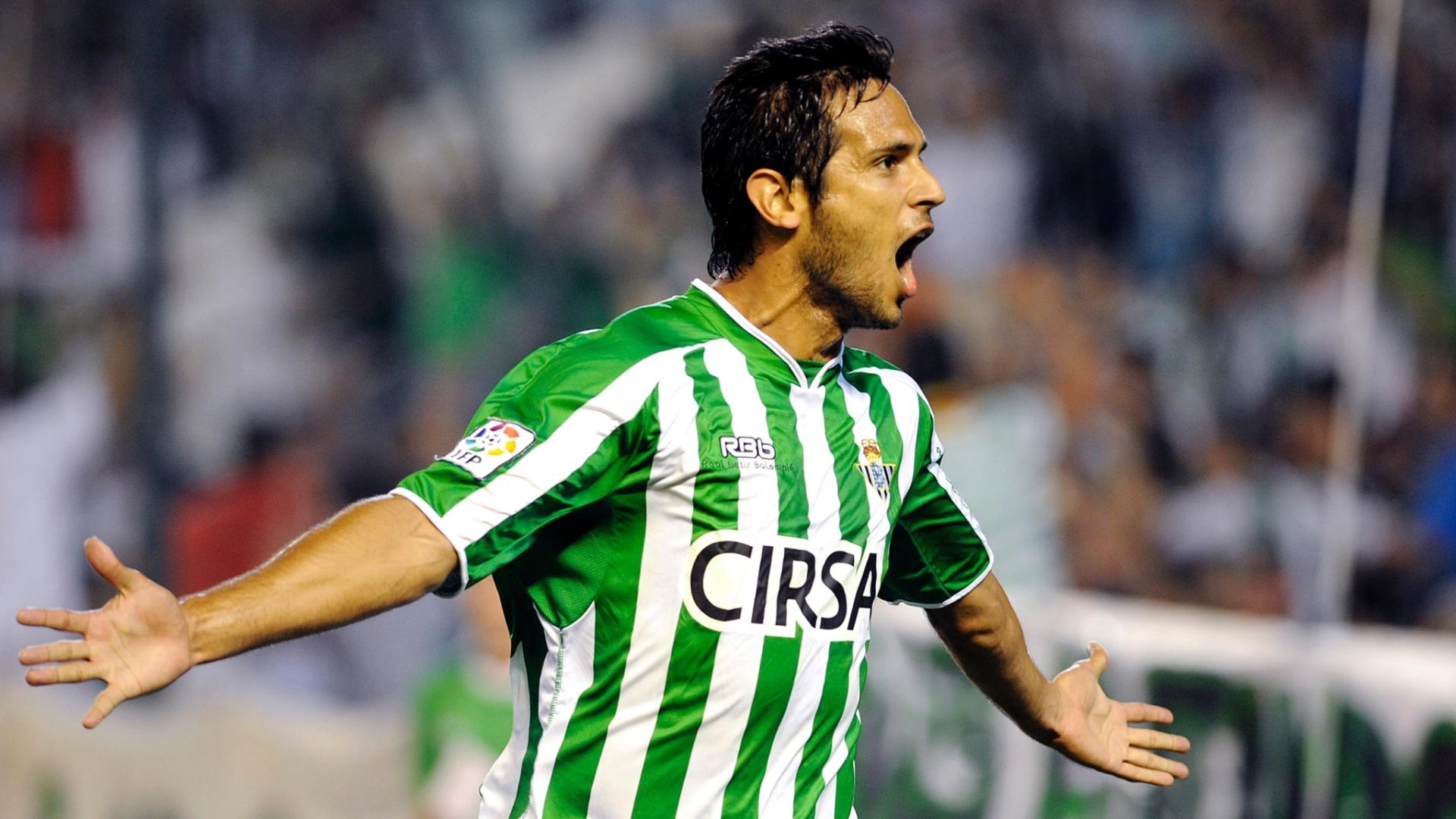 O paraguaio Roque Santa Cruz comemora um de seus dois gols na vitória do Betis sobre o Zaragoza por 4 a 3