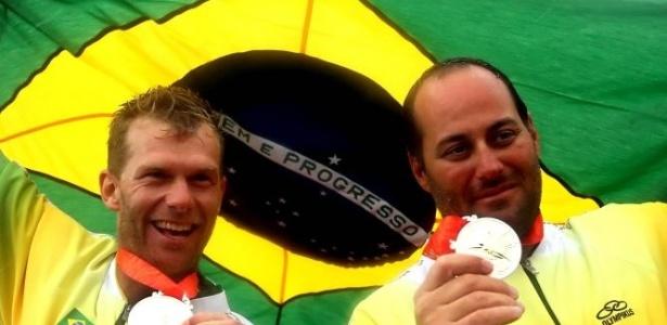 Robert Scheidt e Bruno Prada exibem a medalha de prata que pôs a vela à frente do judô no número de conquistas olímpicas