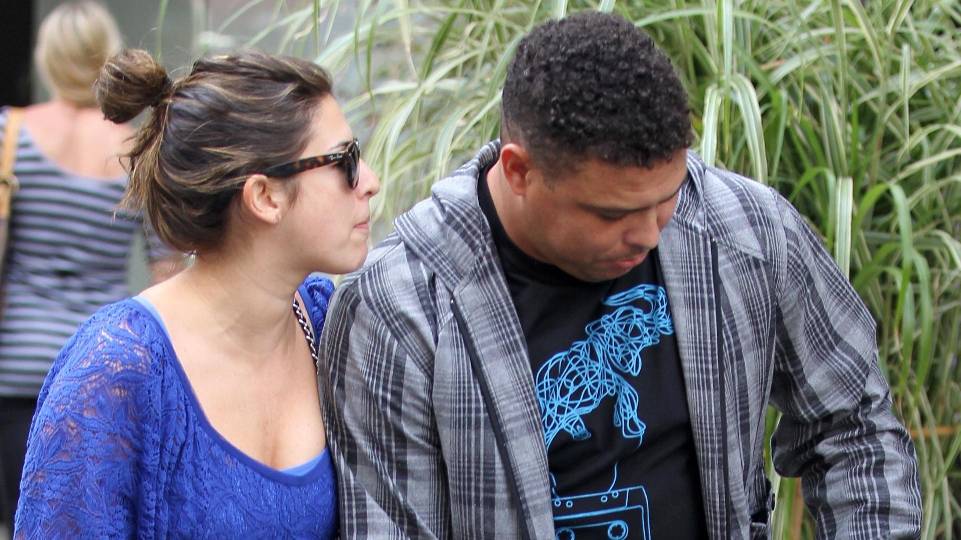 Ronaldo passeia com a atriz Fernanda Paes Leme em Nova York