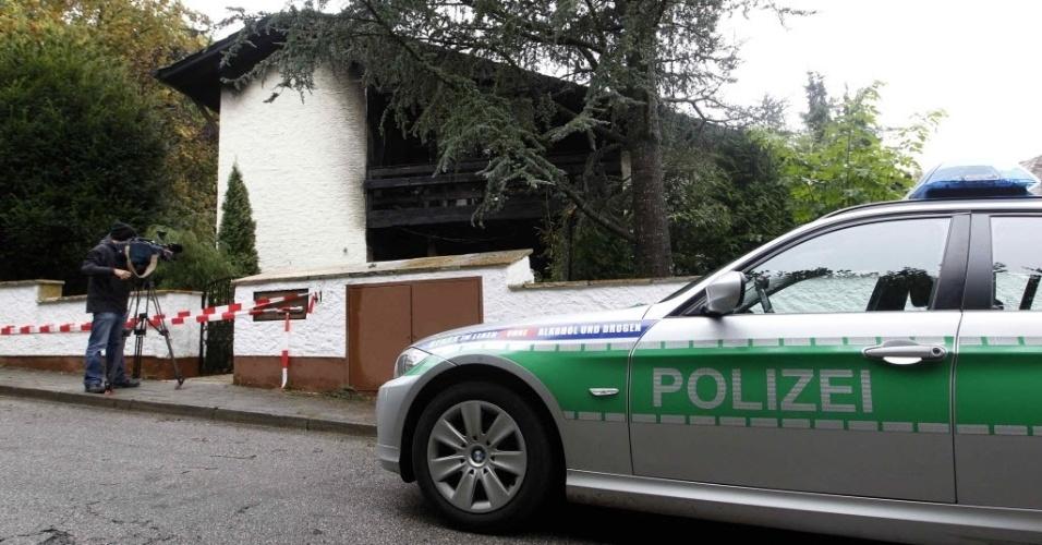 Carro de polícia parado em frente a casa de Breno. A justiça alemã investiga as causas do incêndio na casa do zagueiro brasileiro