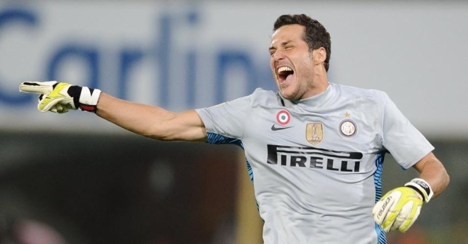 Julio Cesar comemora o gol de Lúcio contra o Bologna; a Inter venceu por 3 a 1