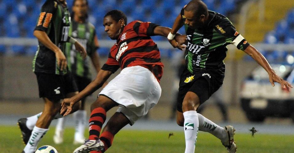 Pressionado pela marcação. Renato Abreu inverte a jogada à procura de algum companheiro no duelo contra o América-MG