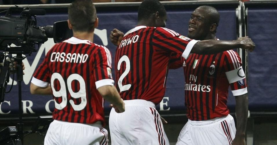 Seedorf comemora com Taiwo e Cassano após abrir o placar para o Milan contra o Cesena