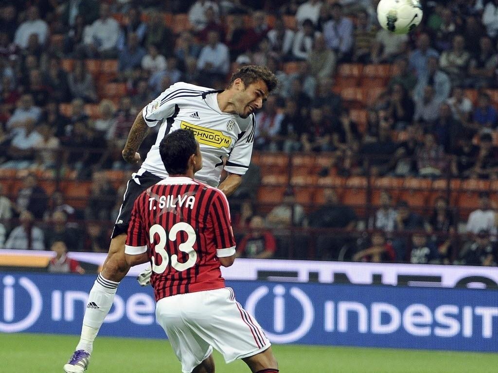 Thiago Silva disputa jogada aérea com Mutu durante partida do Milan contra o Cesena