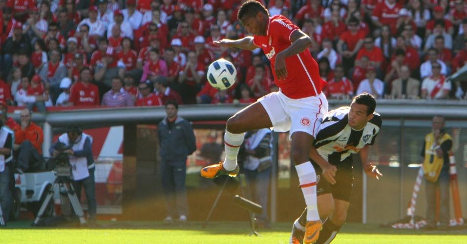 Atacante Jô domina a bola para o Internacional na partida contra o Atlético-MG