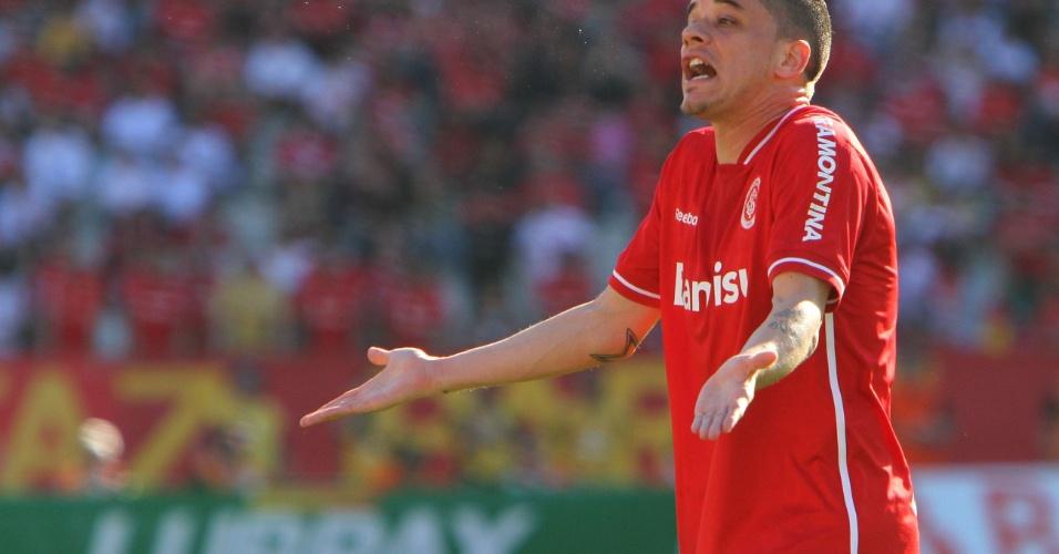 D'Alessandro reclama em lance contra o Atlético-MG. Inter joga em casa contra rival ameaçado pelo rebaixamento