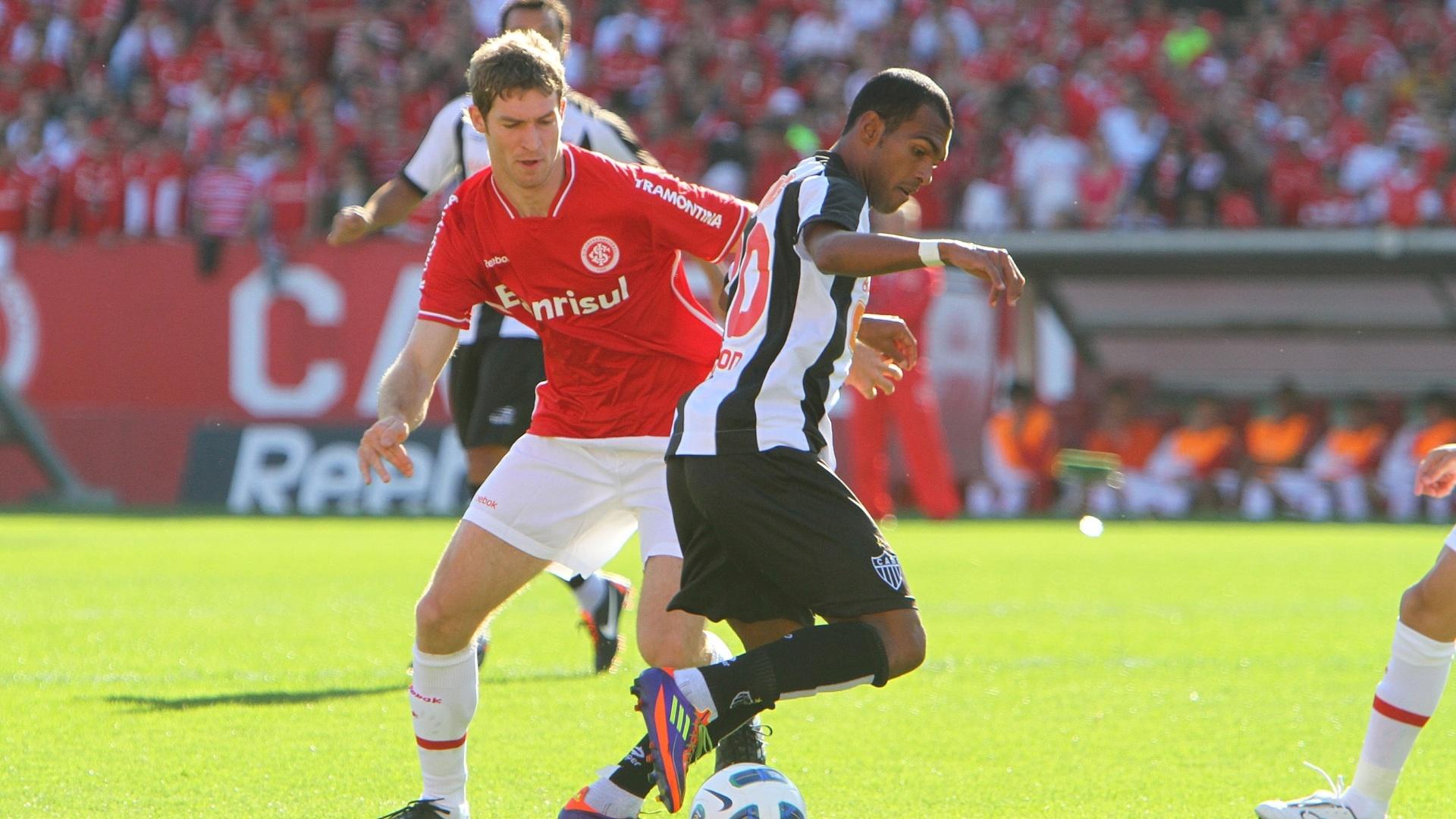 Richarlyson disputa bola com Bollatti no duelo entre Inter e Atlético-MG no Beira-Rio