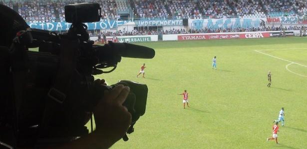 Câmera filma uma partida; Globo quer proibir clubes de usarem imagens na internet