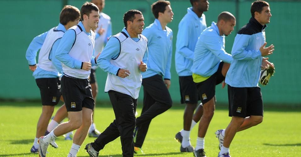 Carlos Tevez corre pelo gramado ao lado de seus companheiros do Manchester City. Time inglês se prepara para enfrentar o Bayern de Munique na segunda rodada da fase de grupos da Liga dos Campeões