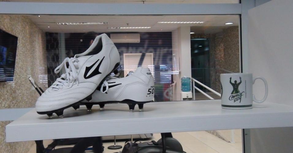 (27/09/2011) As chuteiras e uma caneca de Marcos decoram o centro de fisioterapia do goleiro do Palmeiras