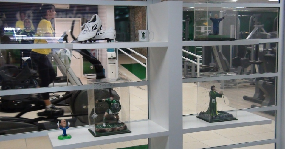 (27/09/2011 Bonecos de Kleber, Valdivia e Marcos decoram centro de fisioterapia do goleiro do Palmeiras