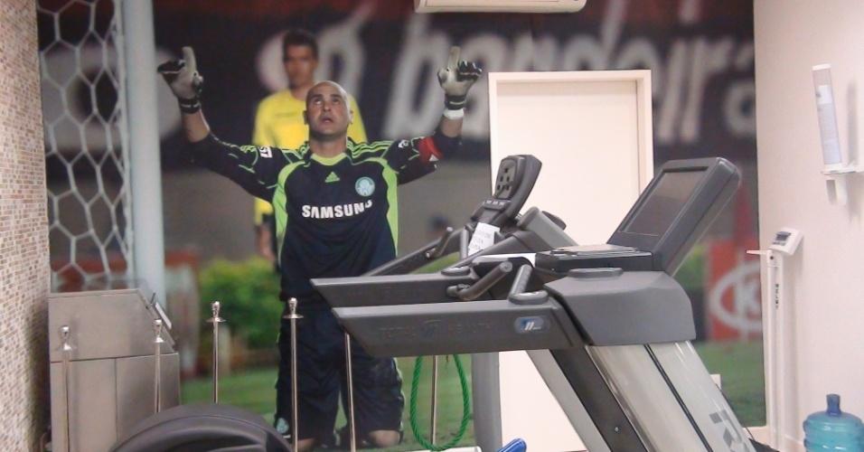 (27/09/2011) Imagem de Marcos durante jogo do Palmeiras decora academia do goleiro