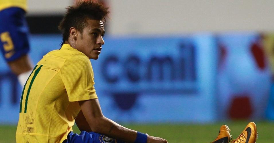 Após receber falta de zagueiro argentino no primeiro tempo de clássico, Neymar fica sentado no gramado