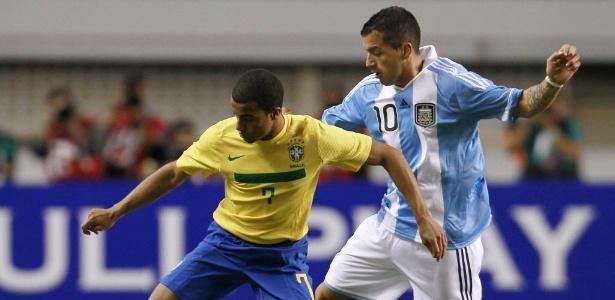 Lucas passa com facilidade por Canteros. Brasil deslanchou no segundo tempo
