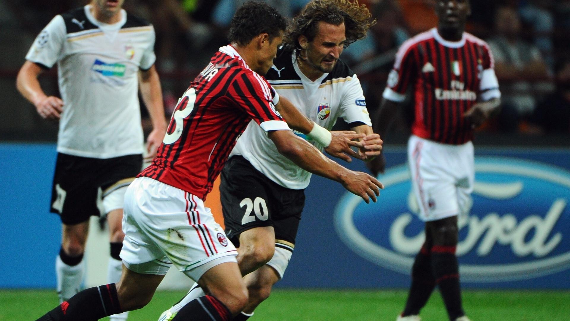 Thiago Silva tenta marcar o meio-campo Petr Jiracek durante partida entre Milan e Viktoria Plzeò
