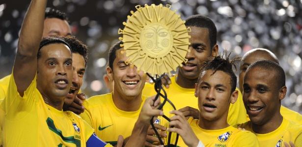 Gaúcho e Neymar levantam troféu do Superclássico das Américas após vitória por 2 a 0