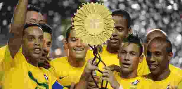 Gaúcho e Neymar levantam troféu do Superclássico das Américas após vitória por 2 a 0 - Evaristo Sá/AFP