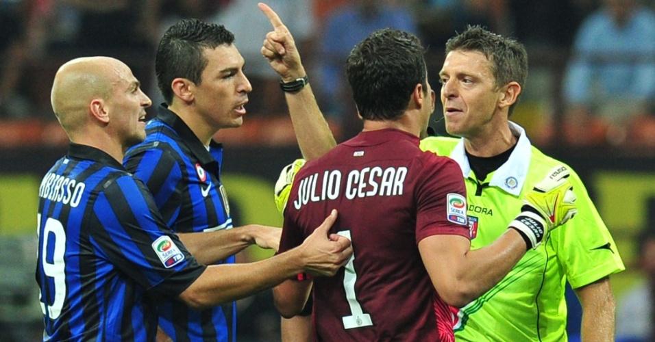 Júlio César discute com árbitro Gianluca Rocchi durante jogo entre Inter de Milão e Napoli, pelo Campeonato Italiano
