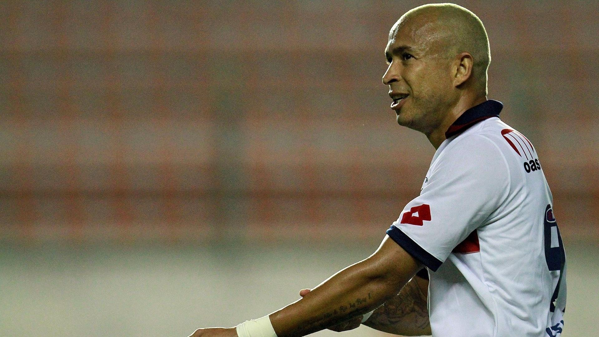 Júnior, atacante do Bahia, comemora um de seus dois gols no jogo contra o Avaí