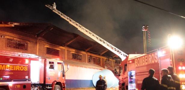 Bombeiros trabalham para controlar incêndio no alojamento dos funcionários da Arena  - Neco Varella/AE