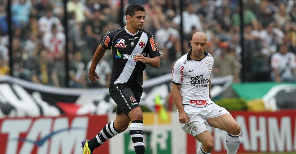 Diego Souza disputa a bola com Alessandro durante partida entre Vasco e Corinthians, pelo Brasileiro