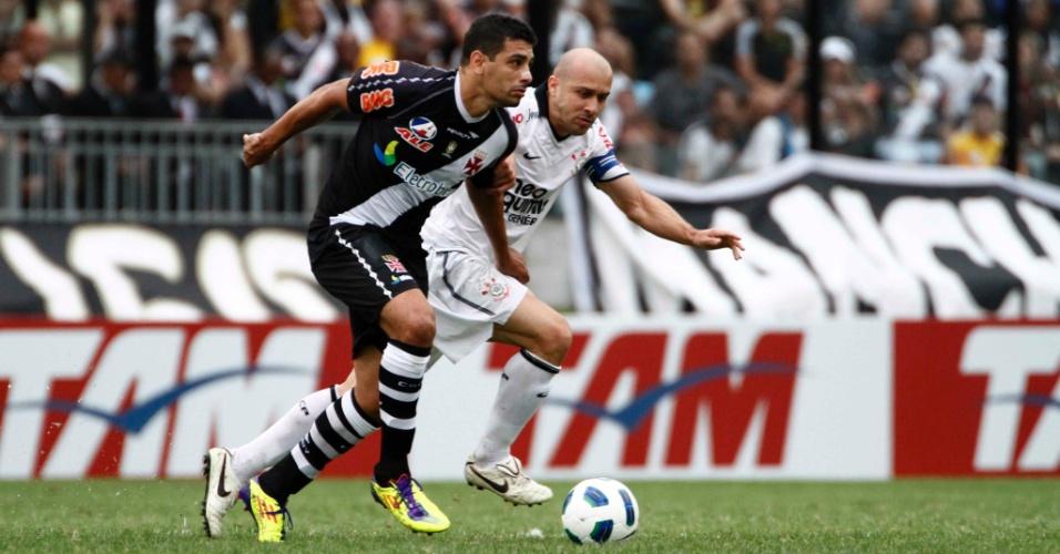 Diego Souza recebe marcação do capitão do Corinthians, Alessandro