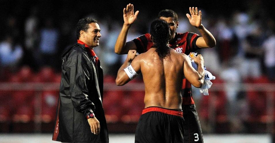 Jogadores do Flamengo fazem festa com o técnico Vanderlei Luxemburgo após a vitória por 2 a 1 sobre o São Paulo