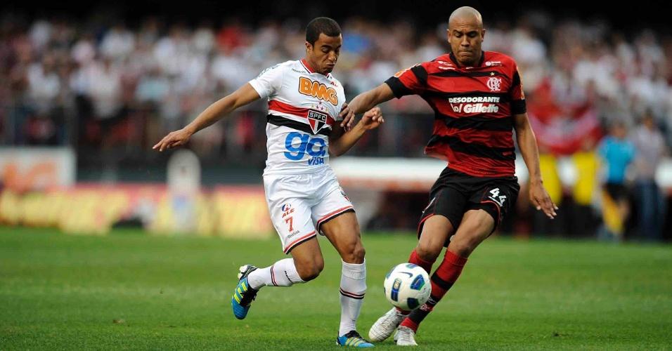 Lucas carrega a bola pelo São Paulo marcado de perto pelo zagueiro Alex Silva, do Flamengo