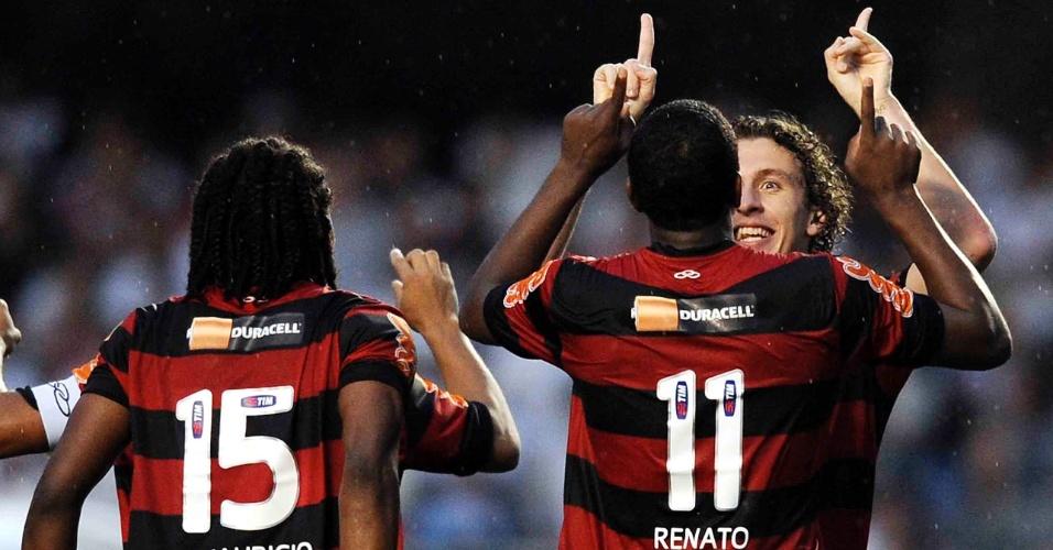 Renato Abreu, autor do gol da vitória do Flamengo, comemora seu feito com o lateral Galhardo