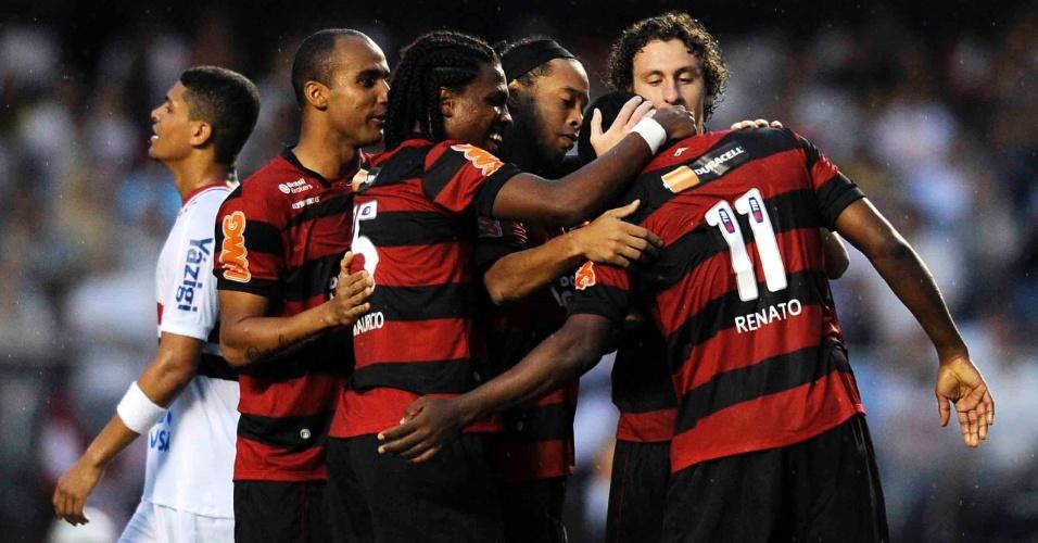 Renato Abreu é abraçado pelos companheiros após marcar o gol da vitória do Flamengo sobre o São Paulo