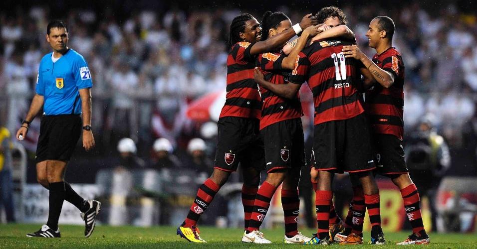 Renato Abreu é cumprimentado pelos colegas rubor-negros ao garantir a vitória do clube sobre o São Paulo, por 2 a 1