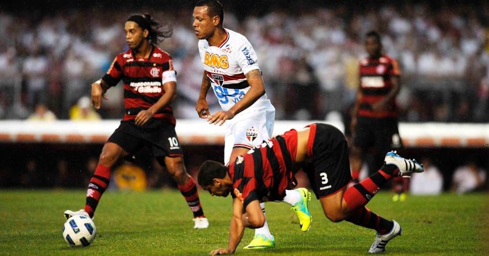 Ronaldinho Gaúcho, do Flamengo, e Luis Fabiano, do São Paulo, dividem espaço no Morumbi