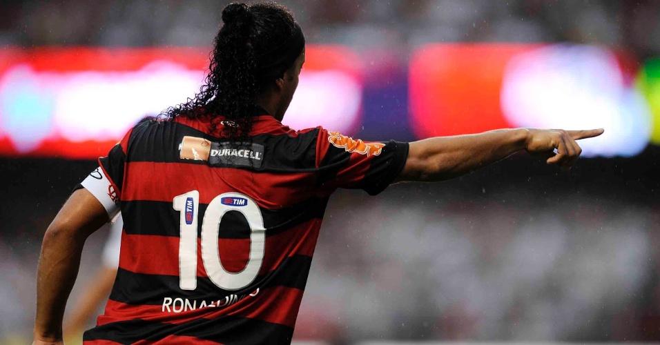 Ronaldinho Gaúcho orienta os companheiros de Flamengo na vitória por 2 a 1 contra o São Paulo