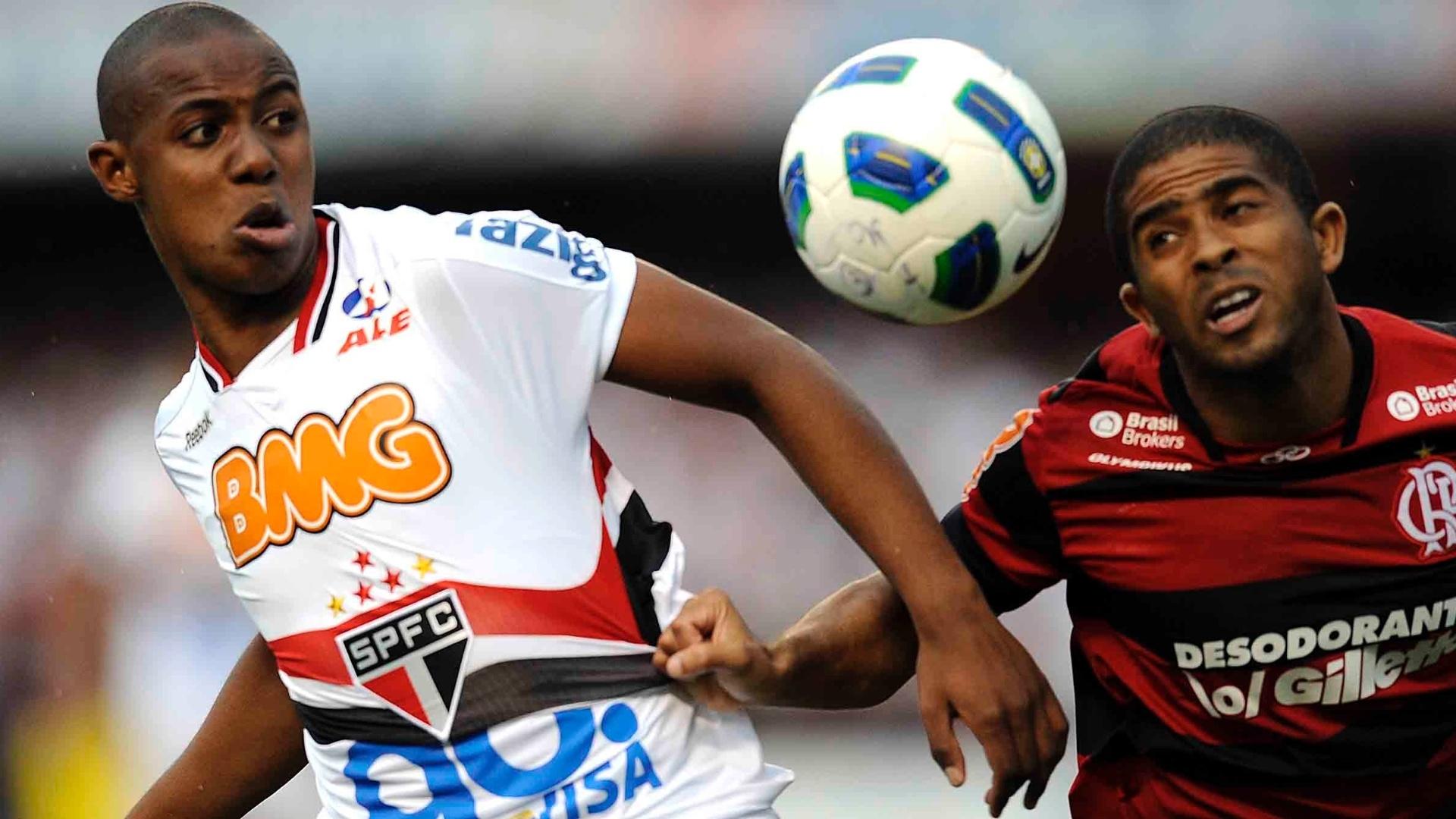 Wellington disputa a bola com o lateral Júnior César, na partida entre São Paulo e Flamengo