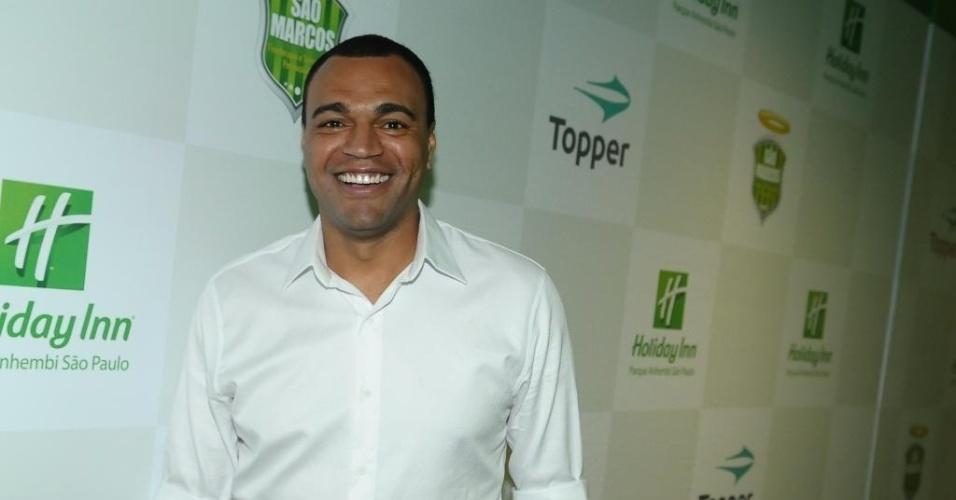 Ex-jogador e comentarista Denílson foi conferir inauguração da clínica São Marcos, em São Paulo. Centro de fisioterapia nasceu por causa das lesões do ídolo palmeirense