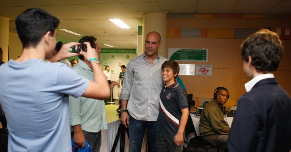 Um dos maiores ídolos da história do Palmeiras, Marcos não escapou da tietagem nem mesmo na festa de lançamento da sua clínica de fisioterapia em São Paulo