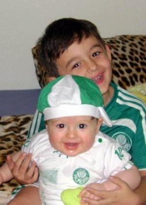 Dia das Crianças: os pequenos Felipe e Enrico herdaram do pai, Newton Dessico Junior, a paixão pelo Palmeiras
