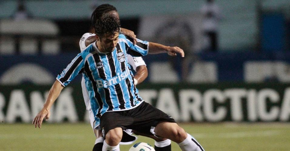 Douglas protege a bola de Arouca no duelo entre Grêmio e Santos, em Porto Alegre