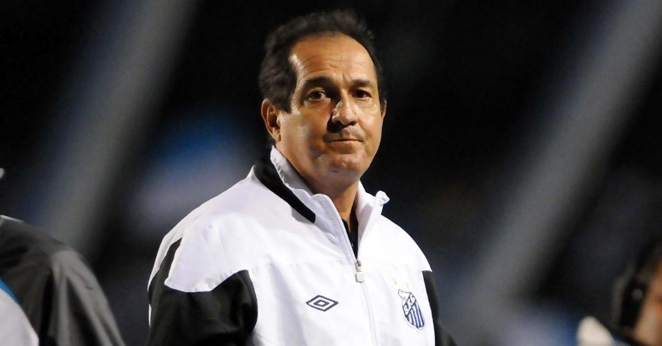 O técnico do Santos Muricy Ramalho observa a partida de sua equipe contra o Grêmio