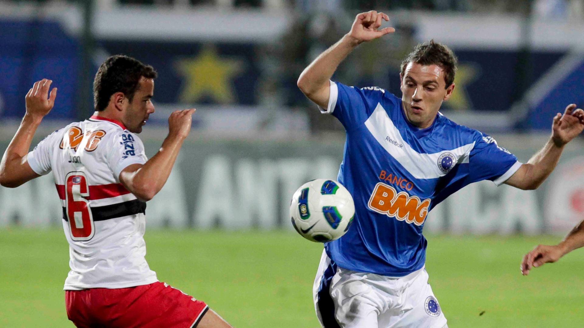 Juan e Montillo disputam a posse de bola no empate por 3 a 3 entre São Paulo e Cruzeiro