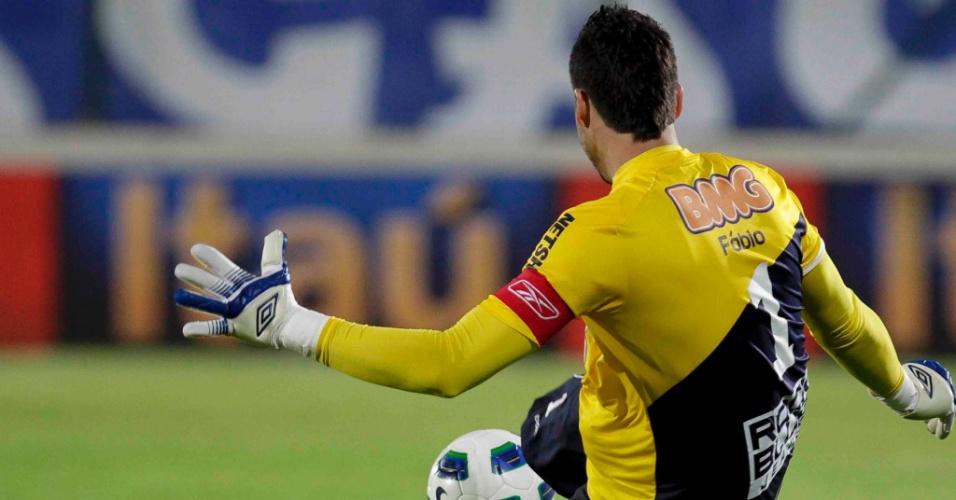 O goleiro Fábio repõe a bola em jogo para o Cruzeiro na partida contra o São Paulo