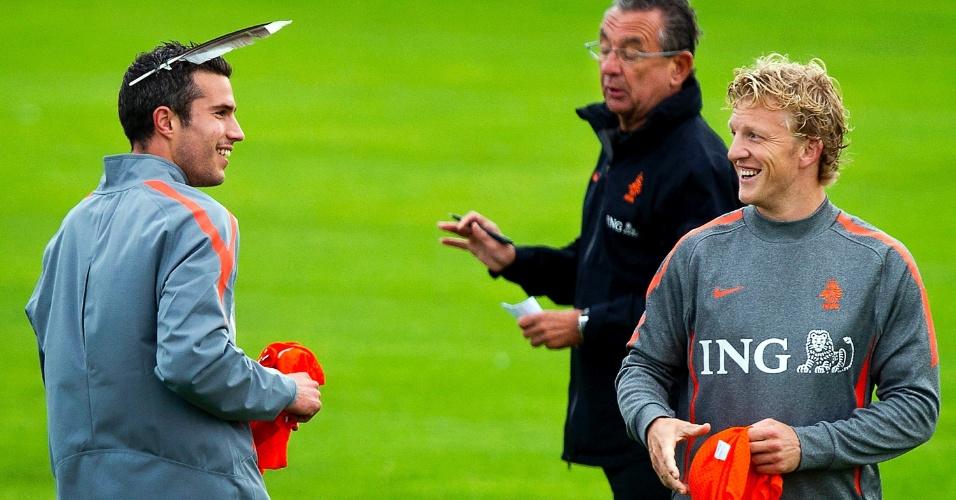 Van Persie e Kuyt se divertem durante treino. Holanda tem 100% de aproveitamento