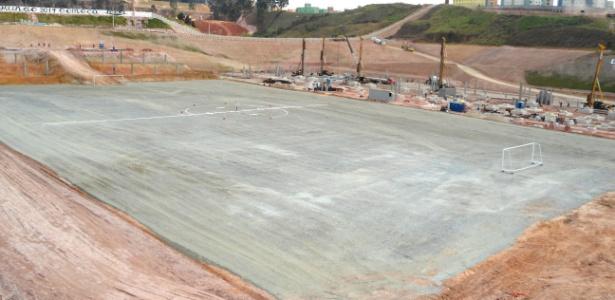 Vista do futuro campo em Itaquera; traves já foram instaladas no local