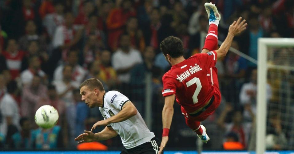 O turco Gokhan Gonul leva a pior em disputa com o alemão Lukas Podolski; Alemanha venceu a Turquia por 3 a 1