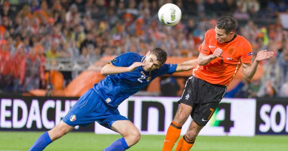 Van Persie, da Holanda, disputa a bola com Igor Armas, na vitória por 1 a 0 sobre a Moldávia