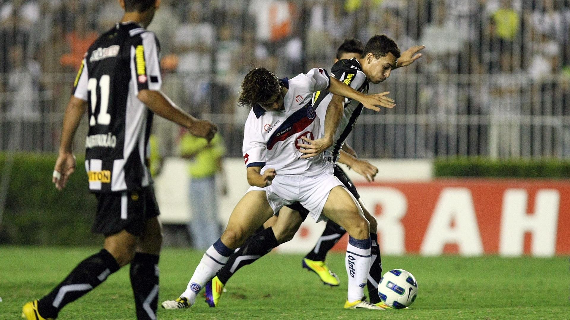 Caio do Botafogo disputa lance com Dodô do Bahia durante partida no estádio São Januário